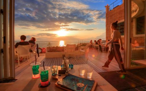 ザ・カリフキッチン沖縄|海を臨むソファ席は争奪戦!北谷のハイセンス海カフェ