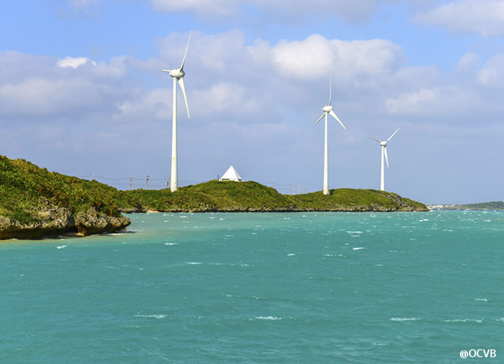 ならぶ3つの白い風車 西平安名崎