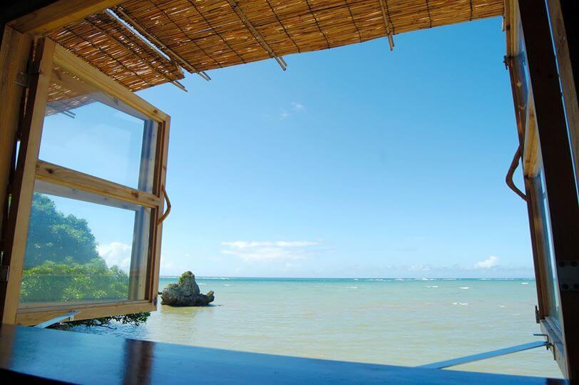 浜辺の茶屋・窓からの水平線