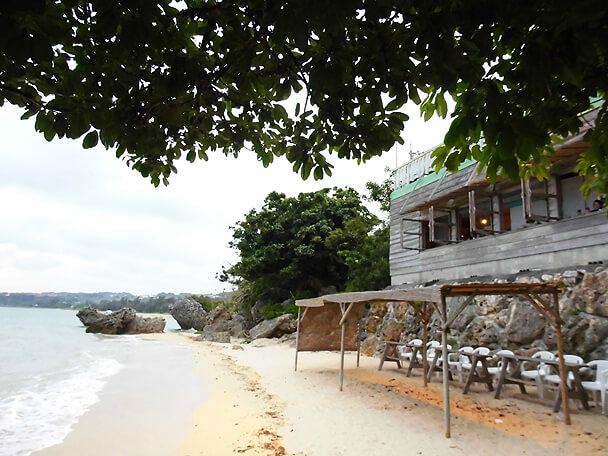 浜辺の茶屋・窓の下に寄せる波