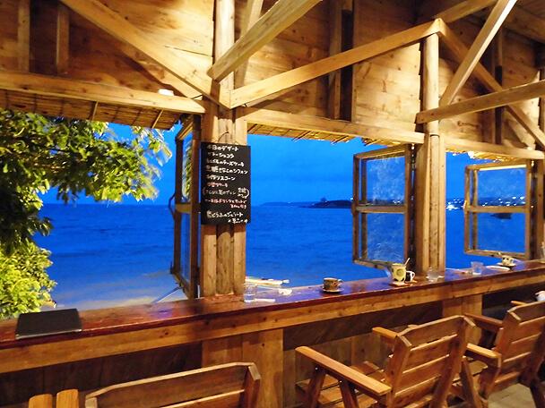 浜辺の茶屋・夜の窓際席