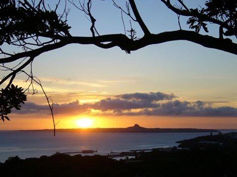 瀬底島の夕日と伊江島のタッチュー