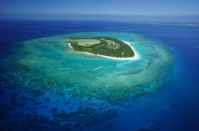 沖縄本島から船でたった15分!驚きの海の美しさ、水納島の魅力