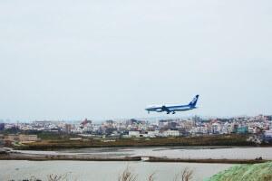 Naha airportに着陸する飛行機