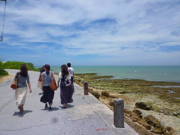 瀬長島を散歩する