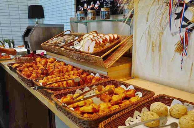 焼き立てパンが好評なプライベートリゾートオクマの朝食