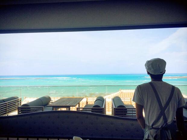 POSILIPOの窓からみえるビーチ