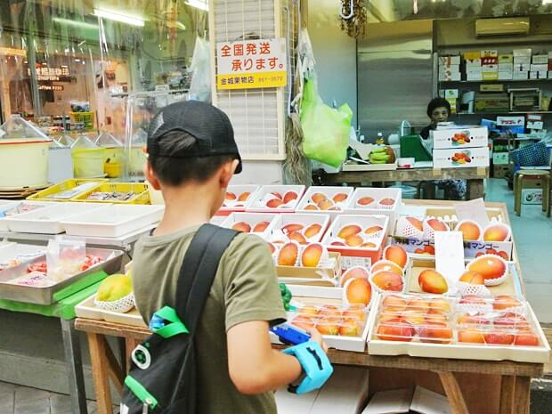 那覇の市場でマンゴー選び