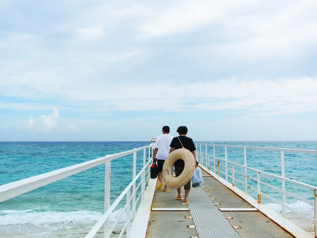 桟橋を渡る