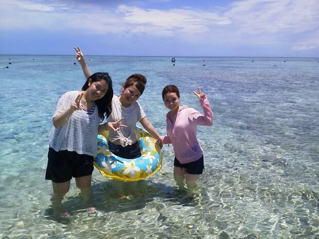 ナガンヌ島の海で泳ぐ