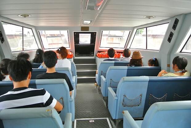 ナガンヌ島行きの船・室内