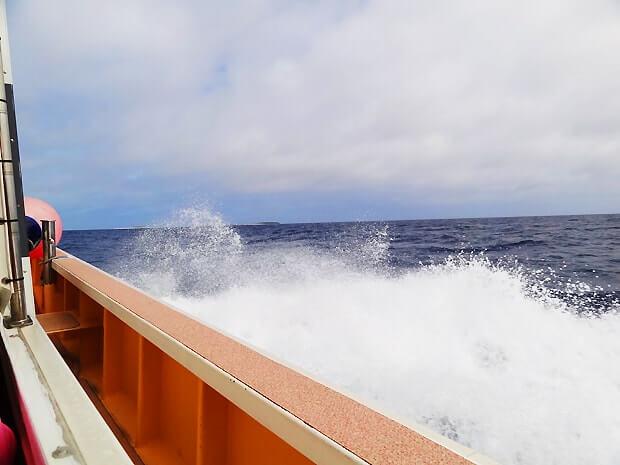 ナガンヌ島行きの船は揺れる