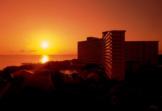 残波岬ロイヤルホテルから見る夕日