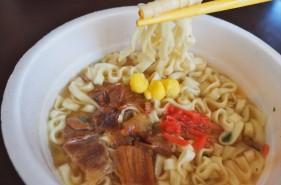 沖縄そば好きが「沖縄そばカップめん」を食べ比べてみた!