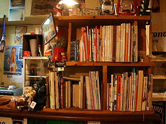 ズートンズ店内の本棚