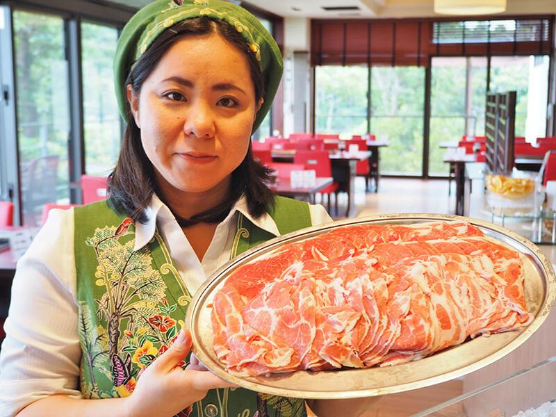 琉球ビュッフェ キッチンやんばる お肉と店員さん