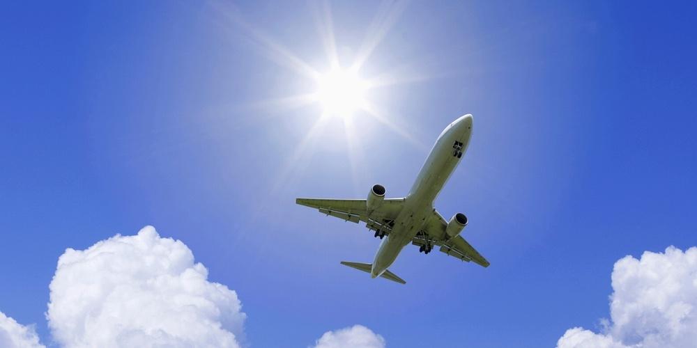 沖縄旅行飛行機イメージ