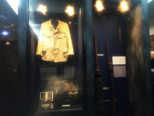 旧海軍司令部壕資料館 戦闘服と武器
