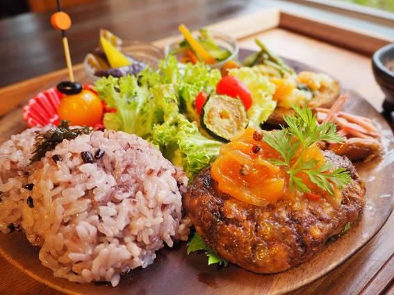 カフェ「七色の風」で沖縄生まれの野菜たっぷりゴハンが食べたい♡