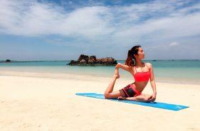 波の音がBGM!沖縄のキレイな海辺でビーチヨガしてみない?