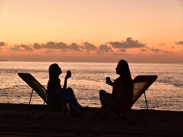 小浜島ホテル サンセットを眺めながら語り合う女性