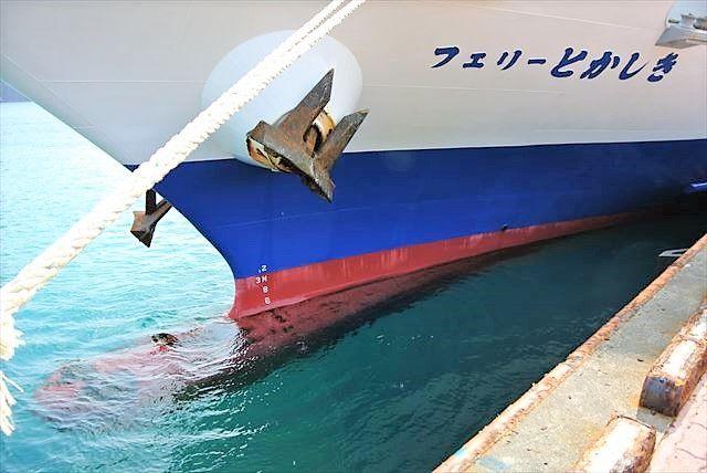 渡嘉敷島の海に浮かぶフェリーとかしき