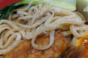 県産小麦使用の自家製生麺!「金月そば」は他とは違う美味しさがウリ