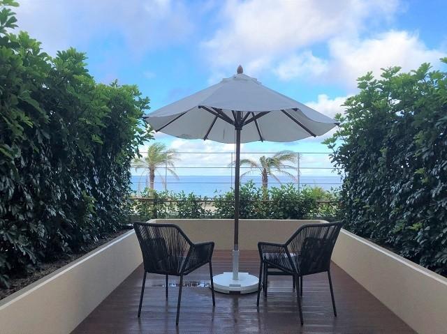 ダブルツリーbyヒルトン沖縄北谷リゾート 客室のテラスから海を臨む