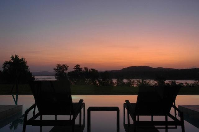 オリエンタルヒルズ沖縄 プライベートプールから夕景を臨む