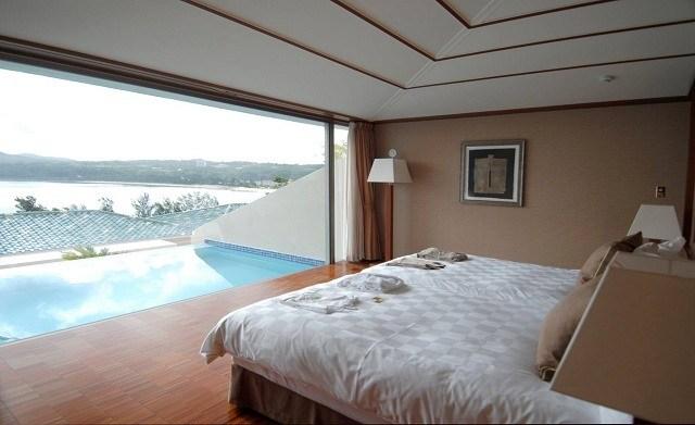オリエンタルヒルズ沖縄 寝室からプライベートプールを眺める
