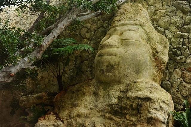 百名伽藍 ガマに鎮座する石仏