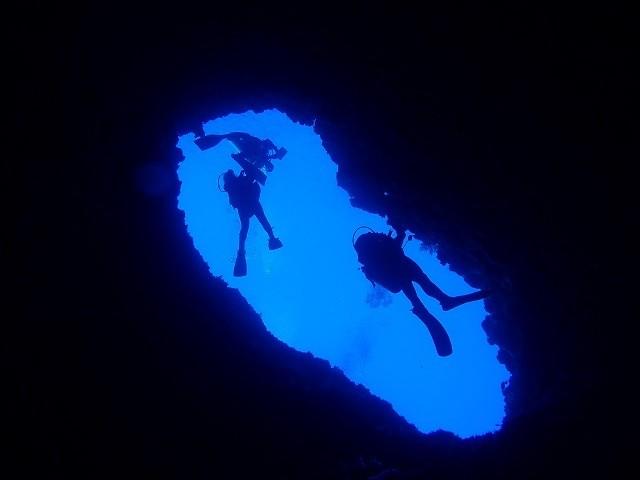 久米島 ダイビング シチューガマを泳ぐダイバー