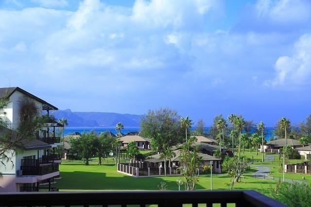 オクマプライベートビーチ&リゾート 客室から庭を見渡す