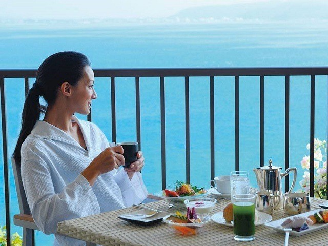 ザ・テラスクラブアットブセナ バルコニーでルームサービスの朝食をいただく