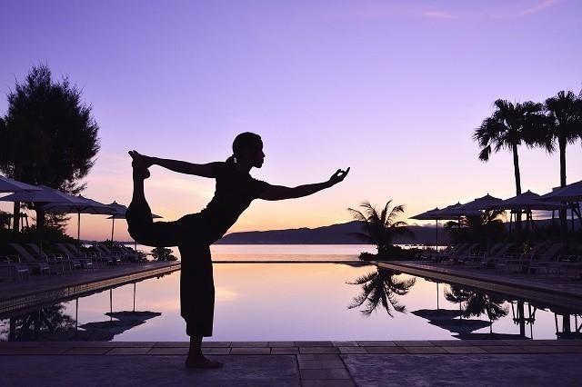 ザ・テラスクラブアットブセナ プールサイドでヨガをする女性