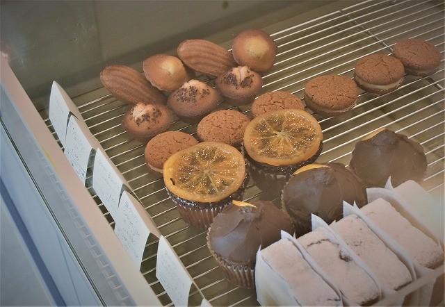 沖縄 nanan pipeline ショーケースに陳列された焼き菓子