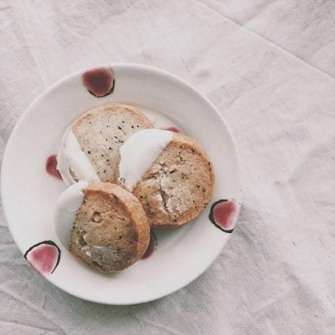 沖縄 mokuyobi お皿に並べられたクッキー