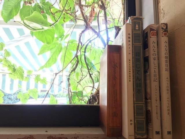 MOTHER COFFEE 窓際の本棚