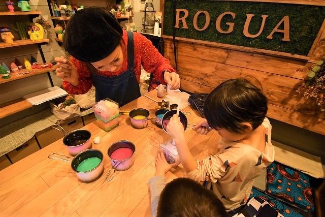 琉球ログア キャンドル作り体験 型にキャンドルを流し込む