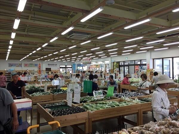 ホテルミヤヒラ 周辺観光 ゆらてぃく市場 買い物をするおばぁたち