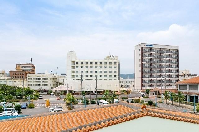 ホテルミヤヒラ 石垣港ターミナルからホテルミヤヒラを臨む