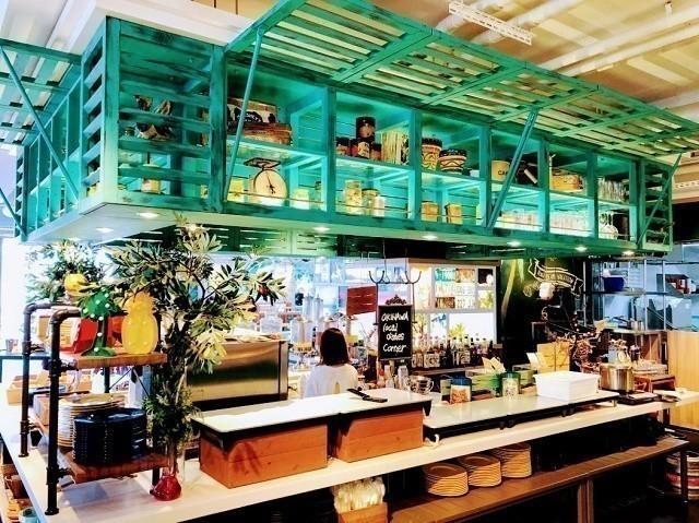 ラジェントホテル沖縄北谷 アリーズ沖縄 カラフルなカウンター