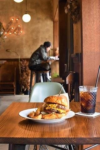 ラルフズバーガーレストラン ダブルチーズバーガーとアイスコーヒー