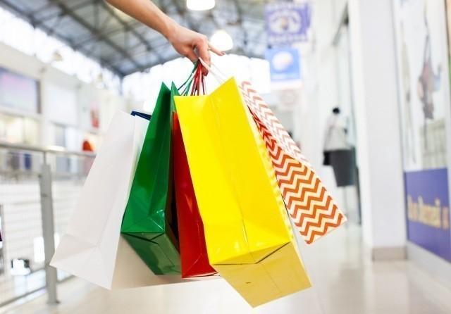 沖縄旅行 2019年 ショッピングバッグを片手に歩く人