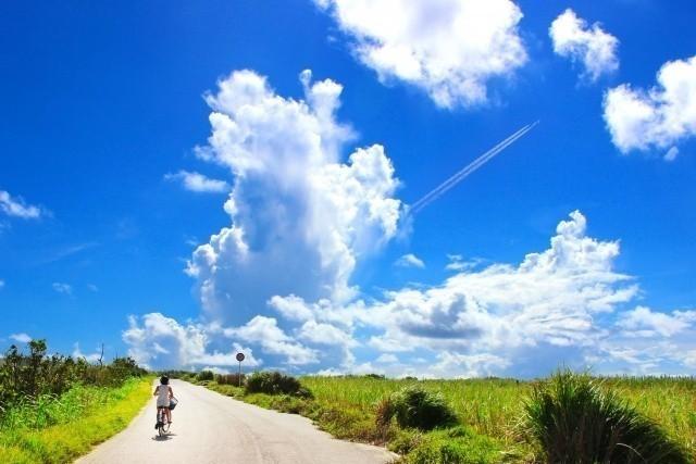 沖縄旅行 2019年 のどかな道を自転車で駆け抜ける少女