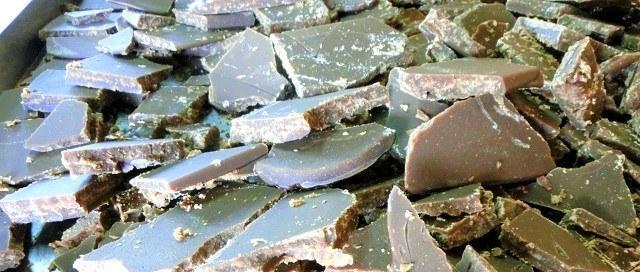 久米島 黒糖 一口サイズに切られた黒糖