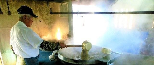 久米島 黒糖 さとうきび汁を煮るおじい