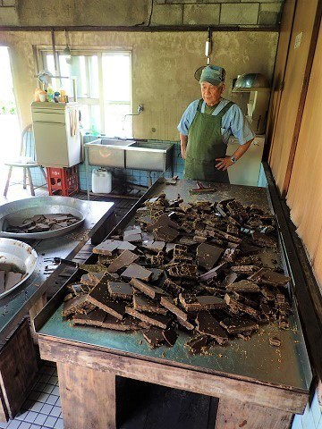 久米島 黒糖 黒糖を作り終えたおじい