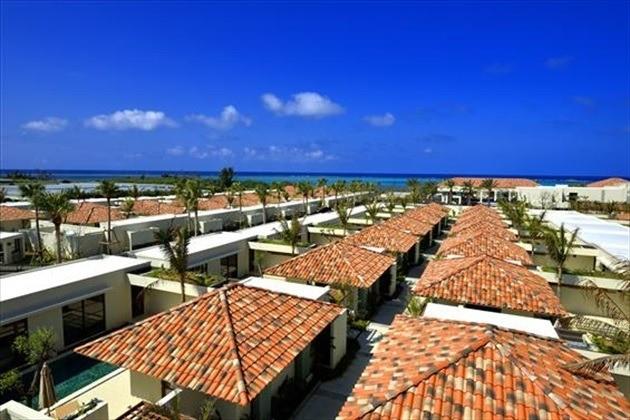 沖縄 高級ホテル ジ・ウザテラス 赤瓦屋根のヴィラが軒を連ねる