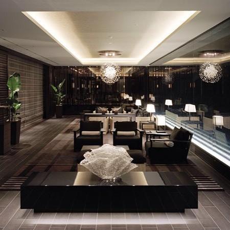 沖縄 高級ホテル リーガロイヤルグラン沖縄 ロビーにあしらわれた琉球ガラスアート